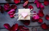 Giftbox with decorative heart — Stock Photo