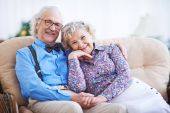 Seniors sitting on sofa — Stock Photo