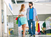 Smiling couple shopping together — Stock Photo