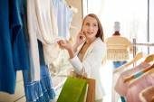 Shopper Speaking on the phone — Stock Photo