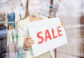 Woman announcing sale — Stock Photo