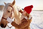Giovane femmina guardando il cavallo — Foto Stock
