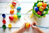 Çocuk tablo Easter egg eller — Stok fotoğraf