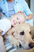 Little girl embracing dog — Stockfoto