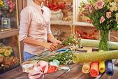 Florist working in design studio — Stock Photo