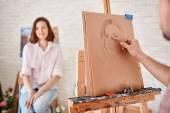 Disegno donna giovane artista — Foto Stock