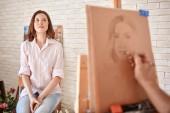 Jovem mulher de desenho de artista — Fotografia Stock