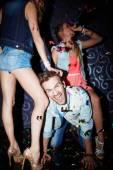 Człowiek o zabawy z dziewczynami w klubie — Zdjęcie stockowe