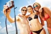 Přátel, focení na pláži — Stock fotografie
