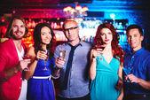 Freundliche Gesellschaft mit Champagner und martini — Stockfoto