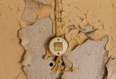 Old electrical switch and cable on decrepit wall — Stock Photo