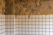 Old cracked dilapidated wall and ceramic tiles — Stock Photo