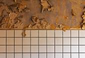 Old cracked dilapidated wall and ceramic tile — Stok fotoğraf