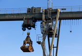 The gantry crane against  blue sky — Stock Photo