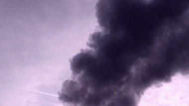 Gökyüzü ve güneş karşı koyu duman — Stok video
