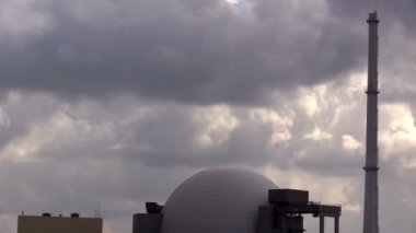 Nuclear reactor dome against  sky — Vídeo de stock