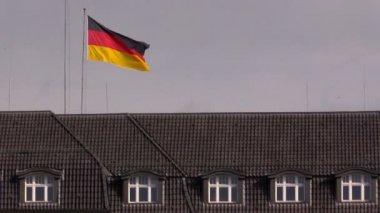 德国国旗在建筑物的屋顶上 — 图库视频影像