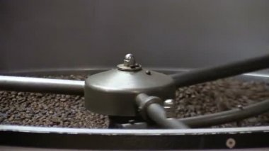 Roasted coffee beans in coffee roaster — Stock Video