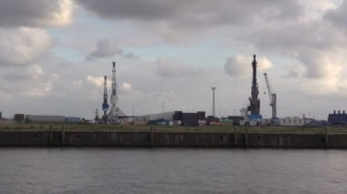Cranes in habor of Hamburg on Elbe River — Stock Video