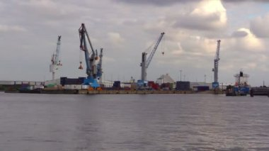 Cranes in habor of Hamburg on Elbe River — Stockvideo