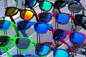 The set of sunglasses in trade shop — Photo