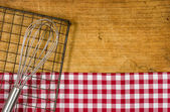 Trä bakgrund med visp och kylning rack — Stockfoto