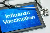 Tablet met de griepvaccinatie tekst op het display — Stockfoto