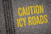 Lane met de tekst Let op ijzige wegen — Stockfoto