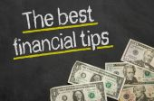 Text on blackboard with money - The best financial tips — Foto de Stock