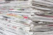 Gestapelte Zeitungen — Stok fotoğraf