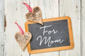 Blackboard with hearts made of bark - For Mom — Stock Photo