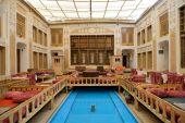Interiér hotelu Malek-o-Tojjar v Yazd — Stock fotografie