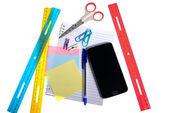 Varietà di articoli di cancelleria e uno smartphone — Foto Stock