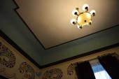 Isolerade ljuskrona med sex armar och lamporna på — Stockfoto