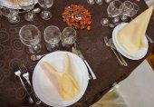 Beautifully arranged wedding table — Stock Photo