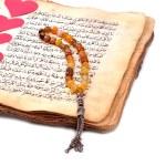 Manuscript Holy Quran and Muslim prayer beads — Stock Photo #69750499