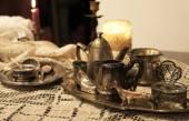 Blanda gamla silver och brons maträtt och figuriner — Stockfoto