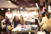 Abstracta fondo borroso de la gente en la tienda, concepto de venta — Foto de Stock