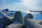 Seaside with concrete breakwater tetrapod — Stock Photo
