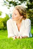 Lady on grass — Stockfoto