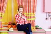 Rozmawia przez telefon — Zdjęcie stockowe