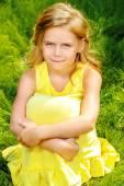 Flicka i gul klänning — Stockfoto