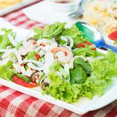 Грибной салат с пряным вкусом свежих креветок — Стоковое фото