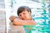 Portrait of a beautiful young girl in the pool — Stock Photo
