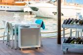 Outdoor cafes on the pier near the yachts — Stock Photo