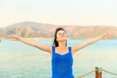 Morena feliz perto do mar, curtindo férias — Fotografia Stock