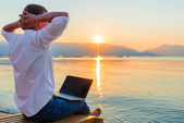 Recreational entrepreneur. Man with laptop in the morning on the — Stock Photo