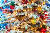 Brilhante elegante árvore de natal com enfeites — Foto Stock