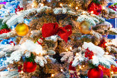 Snow and ornaments on a Christmas tree close-up — 图库照片