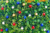 Bolas multicoloridas na árvore de natal, plano de fundo para greetin — Foto Stock